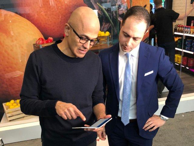 Генеральный директор Microsoft продемонстрировал Surface Duo главному редактору Yahoo Finance